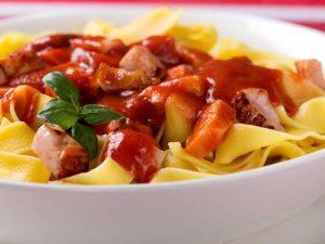 tagliatelle cu sos de rosii si bacon