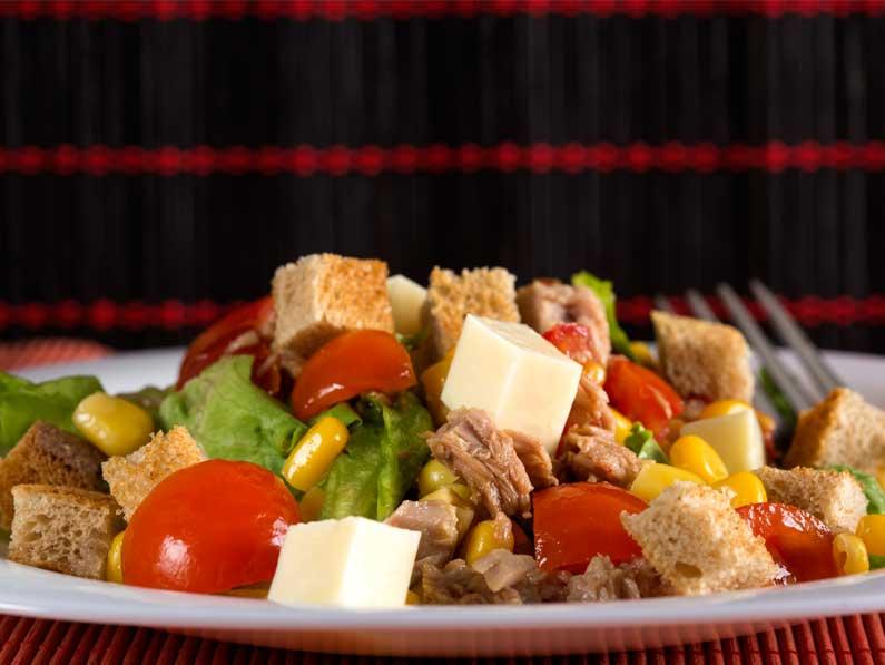 Salata de ton cu rosii si branza