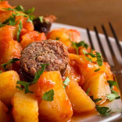 mancarica de cartofi cu carnaciori
