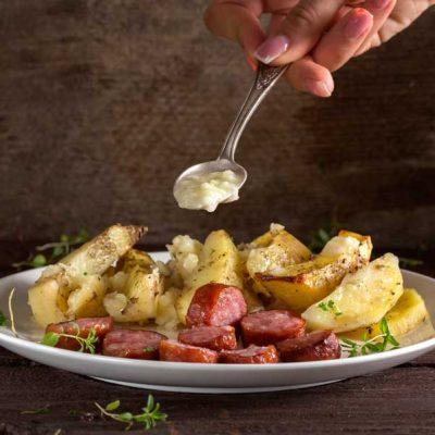 cartofi copti cu carnati si usturoi