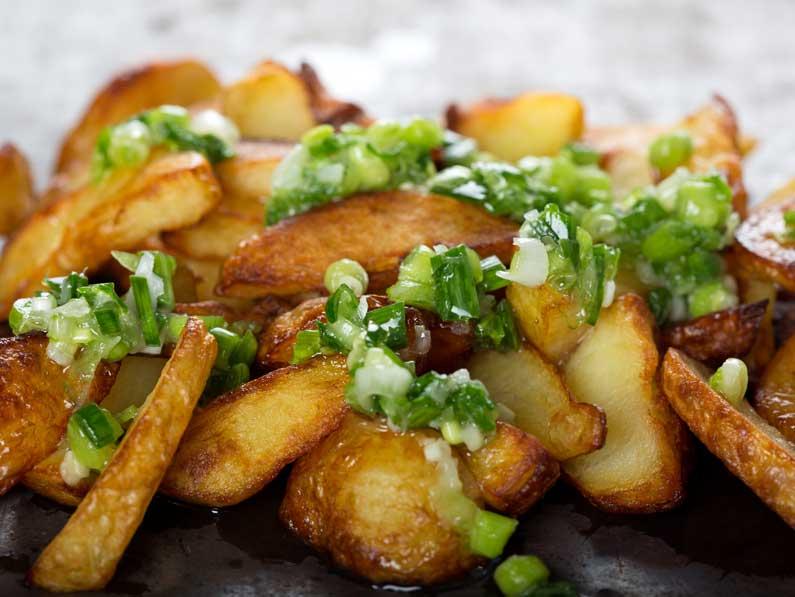 Cartofi copti cu sos de usturoi verde