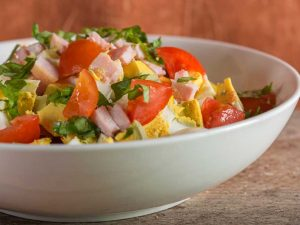 Salata de rosii cu ou si bacon
