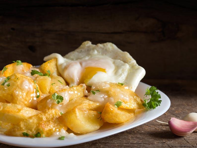 Cartofi prajiti cu ou si usturoi
