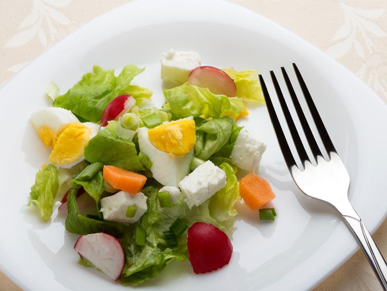 Salata cu ou, telemea si ridichi