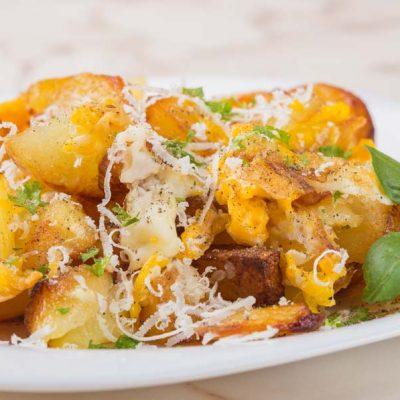Cartofi prajiti cu ou si parmezan