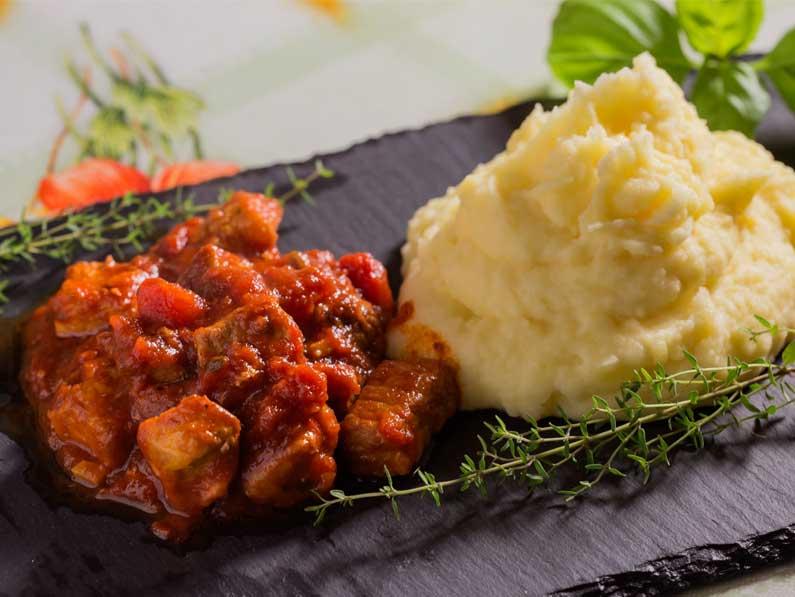 Tocanita din carne de porc cu piure
